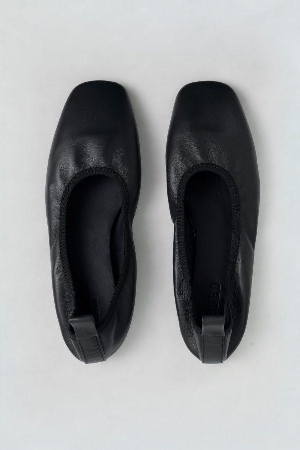 Closed black ballerina